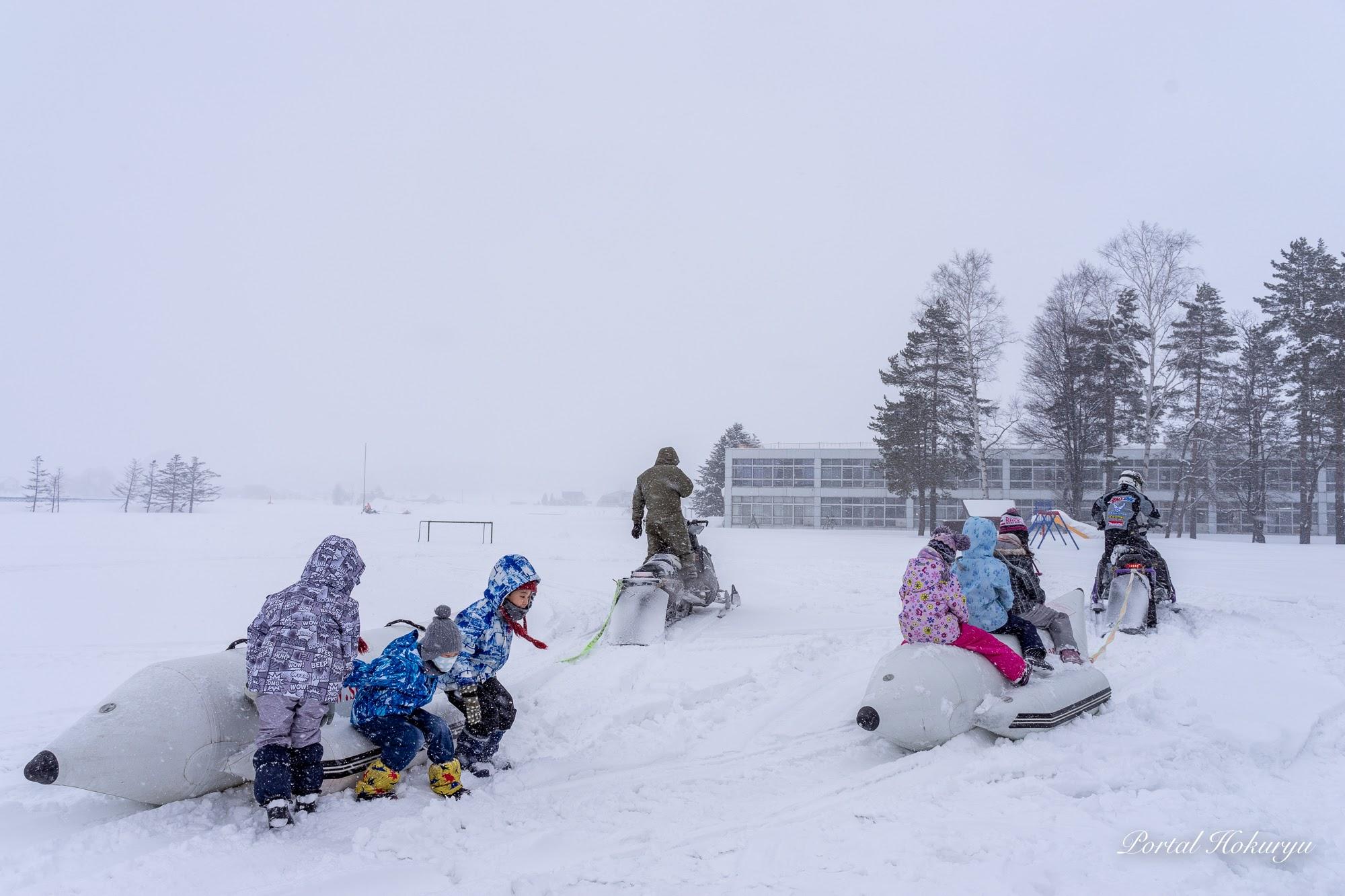 真竜小学校の校庭の雪原で!
